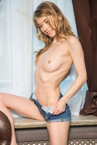 Model Eva Gold in Eva Gold 1